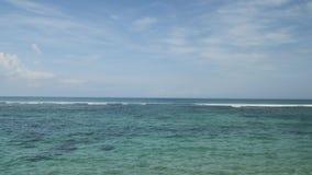 Посадка самолета на авиапорте Бали острова под голубым морем с волнами на горизонте сток-видео