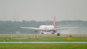 Посадка самолета на ненастной погоде акции видеоматериалы