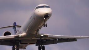 Посадка самолета на раннем утре сток-видео