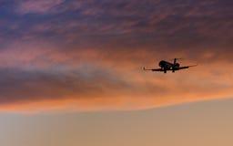 посадка самолета приходя Стоковое Изображение