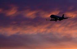 посадка самолета приходя Стоковые Изображения