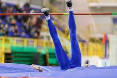 Посадка спортсменки после высокого прыжка над баром Стоковые Фото