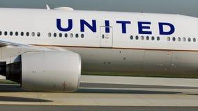 Посадка United Airlines в авиапорте Франкфурта, FRA Взгляд конца-вверх летного обслуживающего персонала сток-видео