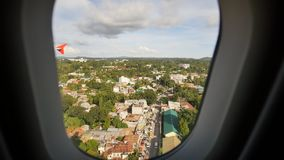 Посадки на авиапорте Tagbilaran Низкий полет над городом Электронная видео- стабилизация Взгляд от самолета сток-видео