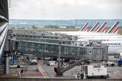 Посадка авиапорта ПАРИЖА, ФРАНЦИИ - 17-ое июня 2016 - Парижа и груз и пассажир загрузки Стоковые Изображения