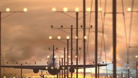 Посадка авиалайнера аэробуса A321 на авиапорте против красивого пасмурного неба захода солнца видеоматериал