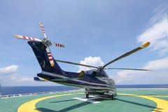 Посадка автостоянки вертолета на оффшорной платформе Экипаж или пассажир перехода вертолета к работе в оффшорной нефтяной промышл Стоковые Изображения RF