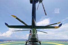 Посадка автостоянки вертолета на оффшорной платформе Экипаж или пассажир перехода вертолета к работе в оффшорной нефтяной промышл Стоковая Фотография