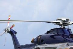 Посадка автостоянки вертолета на оффшорной платформе Экипаж или пассажир перехода вертолета к работе в оффшорной нефтяной промышл Стоковые Фотографии RF