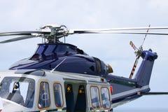Посадка автостоянки вертолета на оффшорной платформе Экипаж или пассажир перехода вертолета к работе в оффшорной нефтяной промышл Стоковое фото RF