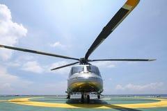 Посадка автостоянки вертолета на оффшорной платформе Экипаж или пассажир перехода вертолета к работе в оффшорной нефтяной промышл Стоковое Изображение