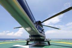 Посадка автостоянки вертолета на оффшорной платформе Экипаж или пассажир перехода вертолета к работе в оффшорной нефтяной промышл Стоковое Изображение RF