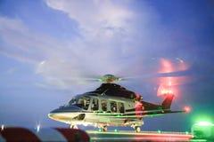 Посадка автостоянки вертолета на оффшорной платформе Экипаж или пассажир перехода вертолета к работе в оффшорной нефтяной промышл Стоковые Фото