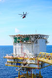 Посадка автостоянки вертолета на оффшорном экипаже платформы, перехода вертолета или пассажире к работе в оффшорной нефтяной пром Стоковые Фото