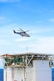 Посадка автостоянки вертолета на оффшорном экипаже платформы, перехода вертолета или пассажире к работе в оффшорной нефтяной пром Стоковые Фотографии RF