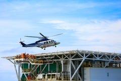 Посадка автостоянки вертолета на оффшорном экипаже платформы, перехода вертолета или пассажире к работе в оффшорной нефтяной пром Стоковые Изображения RF