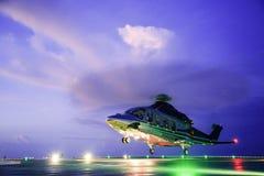 Посадка автостоянки вертолета на оффшорном экипаже платформы, перехода вертолета или пассажире к работе в оффшорной нефтяной пром Стоковая Фотография