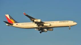 Посадка аэробуса A340 авиакомпаний Филиппин на авиапорте Changi стоковые изображения rf