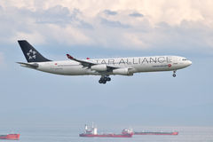 Посадка аэробуса A340 Turkish Airlines на авиапорте Стамбула Ataturk Стоковая Фотография