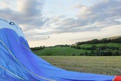 Посадка воздушного шара горячего воздуха в поле Стоковые Фото