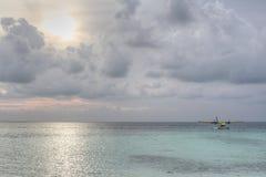 Посадка гидросамолета на заходе солнца Стоковые Изображения
