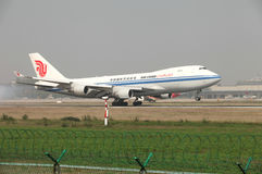 Посадка груза Боинга 747 на взлётно-посадочная дорожка Стоковые Изображения RF