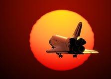 Посадка космического летательного аппарата многоразового использования на предпосылке захода солнца Стоковое Изображение RF