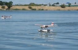 Посадка полуглиссера RC на воде Стоковые Изображения RF