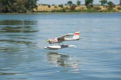 Посадка полуглиссера RC на воде Стоковое фото RF