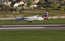 Посадка самолета авиакомпаний ATR-72 Utair-Украины на взлётно-посадочная дорожка Стоковые Фото