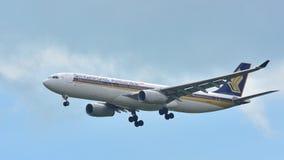 Посадка самолета аэробуса A330 Сингапоре Аирлинес Стоковые Изображения