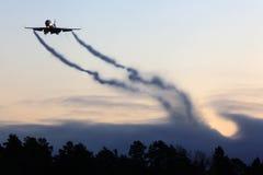Посадка самолета груза McDonnell Douglas MD-11F гражданская при vortexes приходя от wingtips Стоковое фото RF