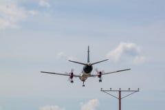 Посадка самолета пропеллера с облаками Стоковые Фото