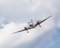 Посадка самолета пропеллера с облаками Стоковые Фотографии RF