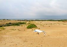 Посадка студента планера вида на песчанных дюнах в Северной Каролине Стоковые Изображения