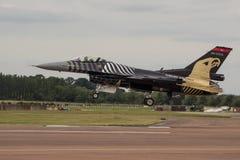 Посадка F16 Военно-воздушных сил Soloturk турецкая Стоковые Изображения RF