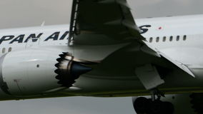 Посадка JAL Боинга B787 Japan Airlines на авиапорте Narita сток-видео