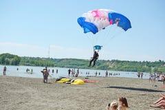 Посадка Parachutist на пляже Стоковые Изображения