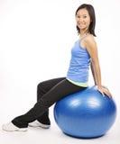 Посадочные места женщины на шарике pilates Стоковые Фотографии RF