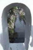 Посвященно резиденты очищают вверх реку в городе запева в центральной Ява Индонезии стоковое изображение