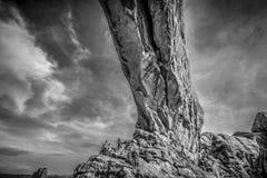 Посетители взбираясь свод на национальном парке сводов - ЮТЕ, США - 20-ОЕ МАРТА 2019 стоковые изображения
