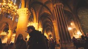 Посетители восхищаясь от внутреннего собора Нотр-Дам de Парижа акции видеоматериалы