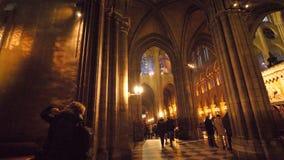 Посетители восхищая интерьер собора Нотр-Дам немного минут перед огне видеоматериал