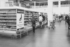 Посетители делают приобретения в супермаркете Auchan в Краснодаре, черно-белом фото стоковая фотография