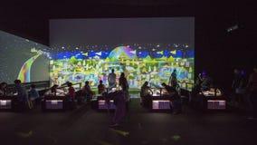Посетители делая эскиз к на музее Сингапуре ArtScience Стоковая Фотография RF