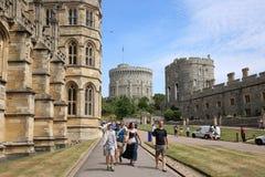 Посетители идут рядом с часовней ` s St. George в замке Виндзора, Великобритании Стоковые Фото
