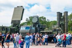 Посетители и ракетный комплекс земли -воздуха S-400 и система Pantsir-C1 зенитной ракеты и оружия на ежегодном воинском exhibi стоковые изображения rf