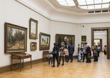 Посетители к зале известного русского художника Shishkin в галерее Tretyakov, Москвы Стоковое фото RF