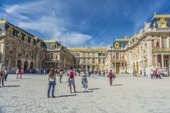 Посетители на замке de Версаль в Париже, Франции стоковая фотография rf