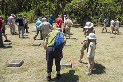 Посетители на кладбище первой мировой войны в Rabaul, Папуаой-Нов Гвинее, смотря немецкие могилы, кладбище как напоминание мира Стоковые Изображения RF